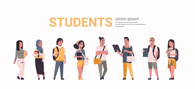 Grupo de jóvenes estudiantes adolescentes sosteniendo libros mezclan raza chicas y chicos con mochilas de pie juntos concepto de educación plana femenina personajes de dibujos animados masculinos espacio de copia de longitud completa horizontal