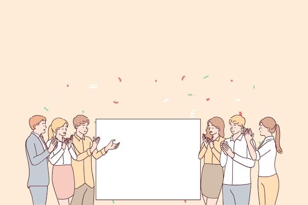 Grupo de jóvenes trabajadores de oficina sonriendo gente positiva de pie aplaudiendo y mirando la maqueta en blanco para el espacio de copia de anuncios de texto