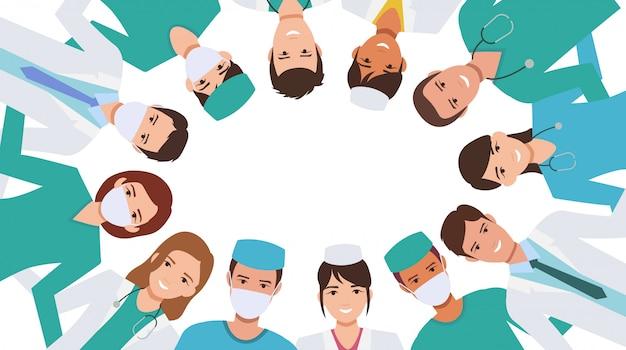 Grupo de médico feliz abrazando uniéndose en círculo de pie juntos para luchar contra la pandemia de coronavirus en el diseño de iconos planos