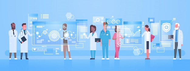 Grupo de médicos diversos utiliza una pantalla de computadora virtual con botones digitales concepto de tecnología de innovación