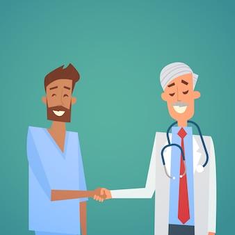 Grupo de médicos medianos hospital de manos y equipo de batidos de manos