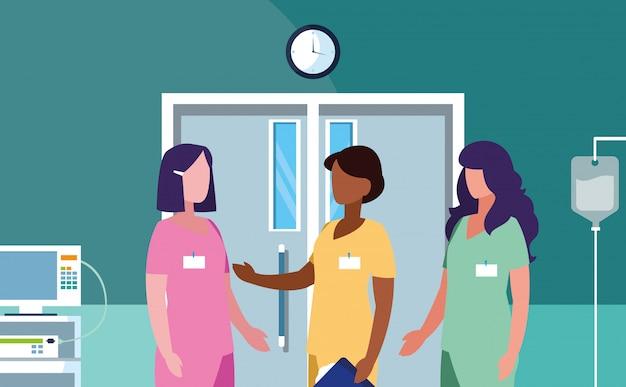 Grupo de médicos mujeres en quirófano
