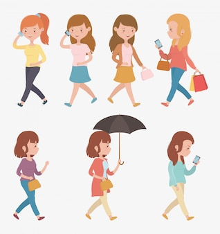 Grupo de mujeres hermosas caminando con teléfonos inteligentes