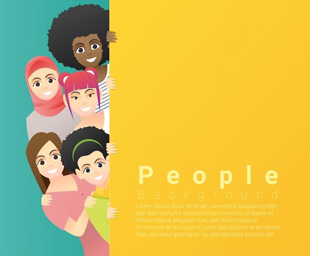 Grupo de mujeres multiétnicas felices de pie detrás de tablero colorido vacío