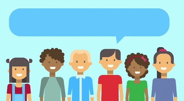 Grupo de niñas y niños adolescentes raza mixta sonriendo feliz con chat burbuja banner