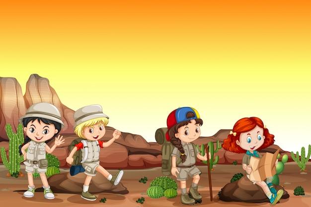 Grupo de niños acampando en el desierto.