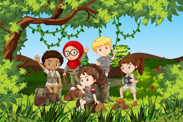 Grupo de niños de camping internacional.