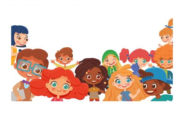 Grupo de niños diversos felices saludando a la cámara. panorama infantil, concepto, folleto. personaje de dibujos animados divertidos aislado sobre fondo blanco