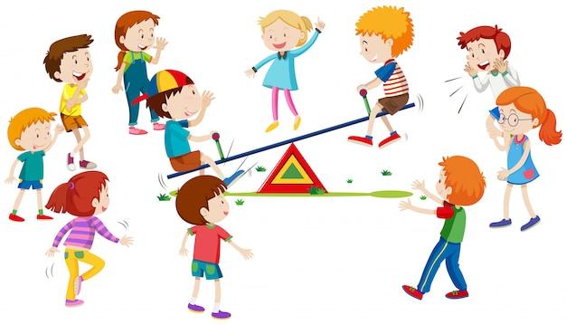 Grupo de niños jugando en balancín