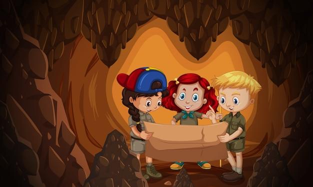 Un grupo de niños leyendo el mapa de la cueva