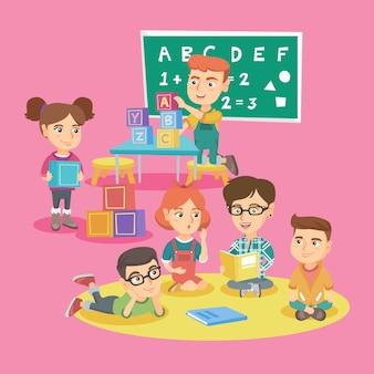 Grupo de niños con maestra en jardín de infantes.