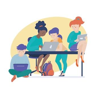 Grupo de niños, niños, niñas y niños que trabajan en computadoras.