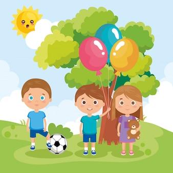 Grupo de niños pequeños jugando en el parque