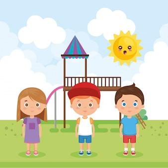Grupo de niños pequeños en los personajes del parque