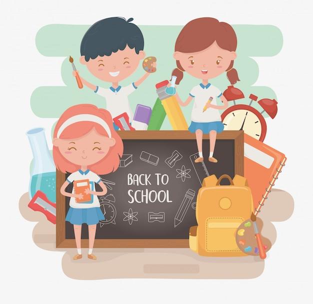 Grupo de pequeños alumnos con pizarra y útiles escolares.