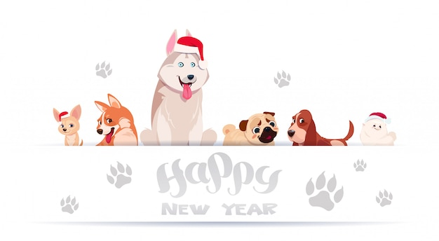 Grupo de perros lindos que se sientan en el fondo blanco con las impresiones del pie que llevan a santa hat asian happy new year