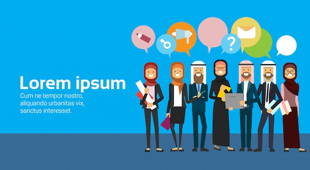 Grupo de personas árabes con burbujas de chat. equipo de negocios árabe de longitud completa con ropa tradicional