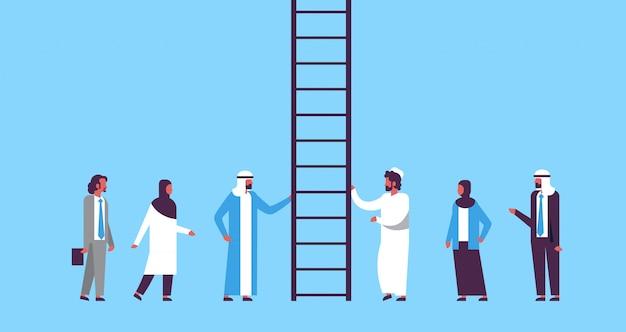 Grupo de personas árabes subiendo escalera de carrera hacia nuevas oportunidades de trabajo