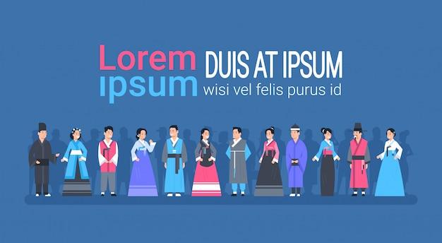 Grupo de personas asiáticas en ropas tradicionales, mujeres y hombres vestidos con trajes antiguos