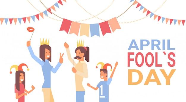 Grupo de personas celebrando el día de los inocentes día de fiesta de abril tarjeta de felicitación banner