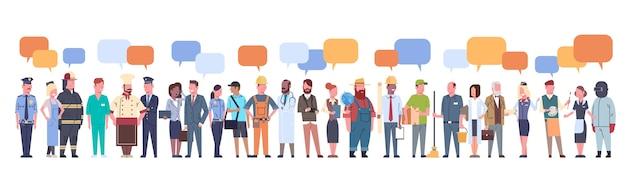 Grupo de personas con chat bubble conjunto de diferentes ocupaciones