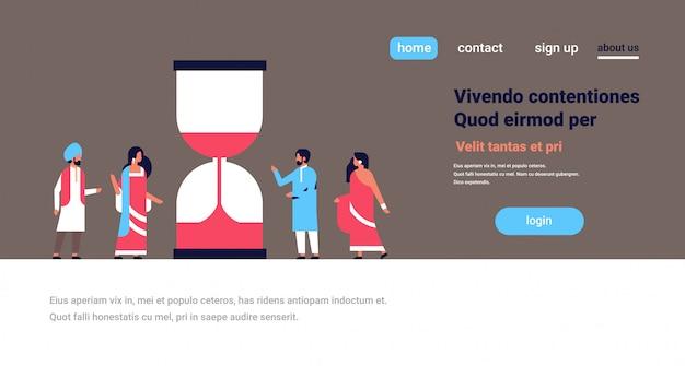 Grupo de personas indias banner de fecha límite de gestión del tiempo reloj de arena