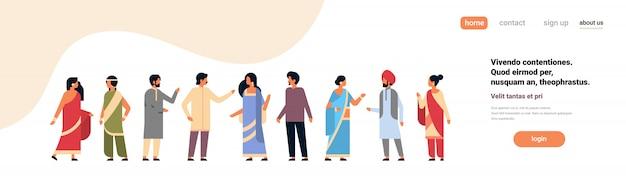 Grupo de personas indias vistiendo ropa tradicional nacional bandera hindú