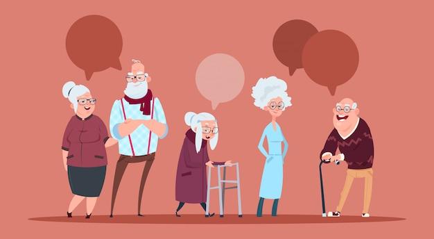 Grupo de personas mayores con chat bubble caminando con bastón abuelo moderno y abuela encuadre de cuerpo entero