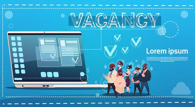 Grupo de personas de negocios búsqueda de vacantes en línea posición de empleado recursos humanos reclutamiento