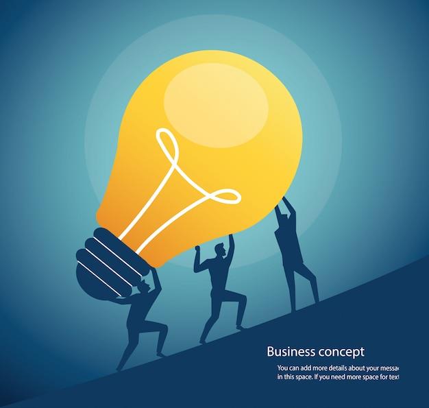 Grupo de personas que llevan el concepto de la bombilla de pensamiento creativo