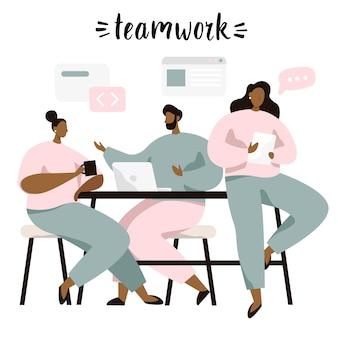 Grupo de personas sentadas a la mesa y discutiendo ideas, intercambiando información, resolviendo problemas. lluvia de ideas o trabajo en equipo.