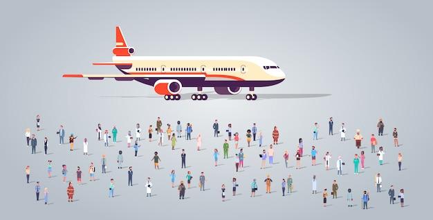 Grupo de personas en la terminal del aeropuerto con avión volando avión ocupación diferentes empleados mezcla raza trabajadores multitud pasajeros concepto de transporte horizontal de longitud completa plana