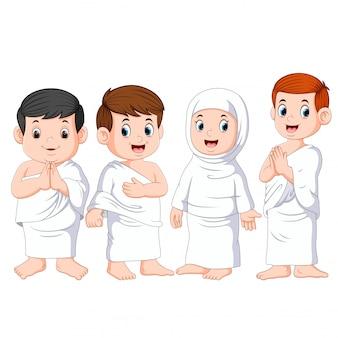 Un grupo de personas usa la tela blanca para la umrah.