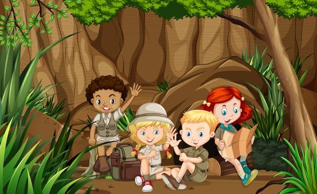 Grupo de scout en el bosque