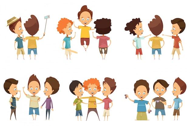 Grupos de niños en ropa colorida con accesorios durante el juego de comunicación.
