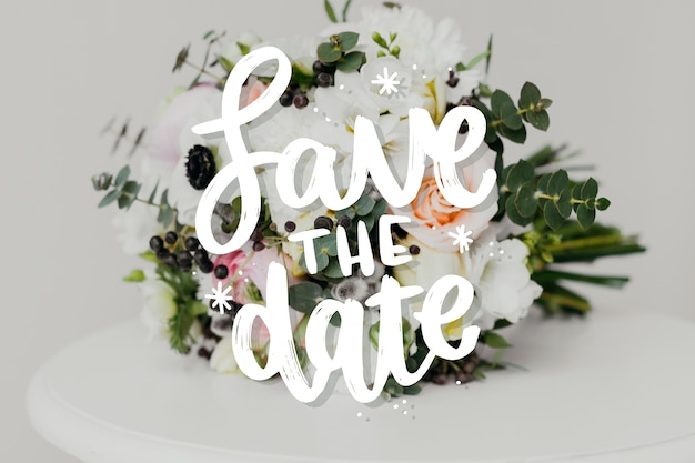 Guarde las letras de la fecha con una foto de flores