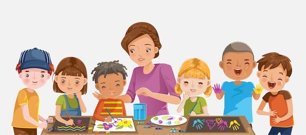 Guarderia. niños dibujando y pintando.