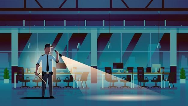 Guardia de seguridad hombre brillante linterna en el museo histórico