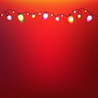 Guirnalda de bulbos de colores con fondo rojo