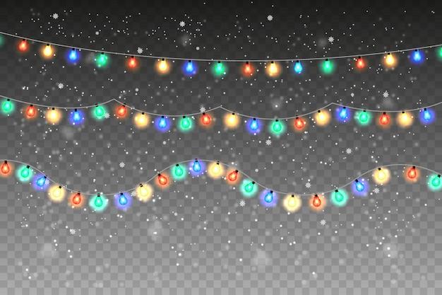 Guirnalda de colores brillantes con nieve que cae aislada sobre fondo transparente.