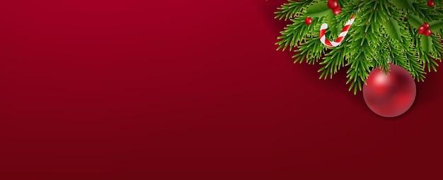 Guirnalda de navidad con bolas de navidad sobre fondo rojo.