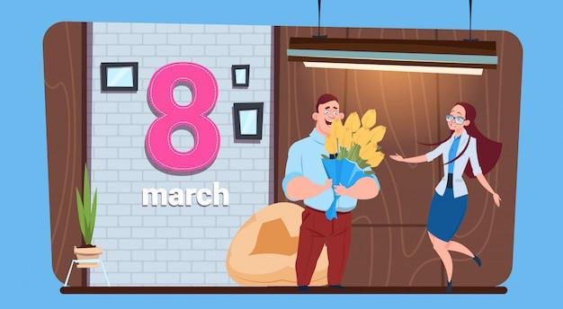 Guy holding bouquet saludo a niña con mujeres felices día 8 de marzo vacaciones