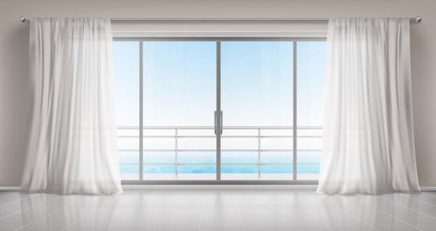 Habitación vacía con puerta de vidrio al balcón y cortinas.