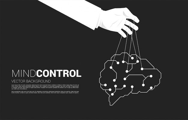 Hand puppet master controlando el cerebro digital. concepto de manipulación y microgestión.