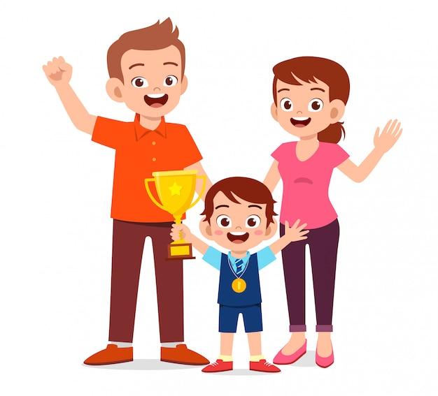 Happy cute kid boy se convierte en el primer ganador