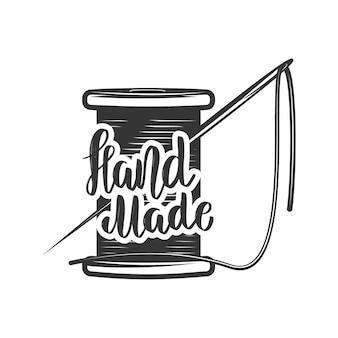 Hecho a mano. frase de letras con bobina de hilo y aguja. elemento de logotipo, etiqueta, emblema, signo. imagen