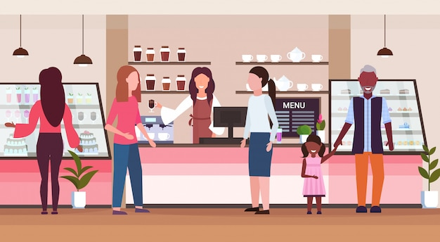 Hembra barista trabajadora de café que sirve mezcla raza personas clientes dando vaso de bebida caliente camarera de pie en el mostrador de la cafetería moderna cafetería interior plano de longitud completa horizontal