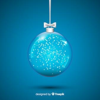 Hermosa bola de cristal de navidad sobre fondo azul.