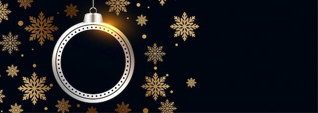 Hermosa bola de navidad con copos de nieve dorados banner negro