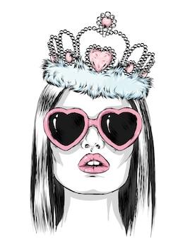 Hermosa chica con gafas en forma de corazón y con una corona